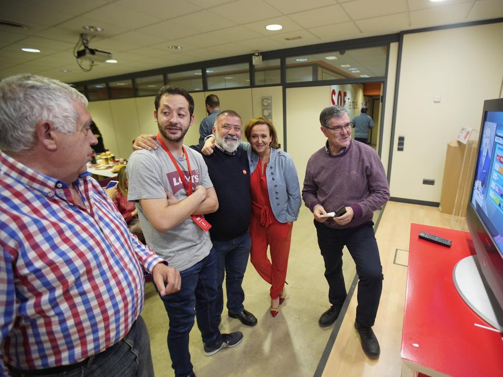 Herminio Sancho, en el centro, celebra la victoria socialista en la sede del PSOE en Teruel