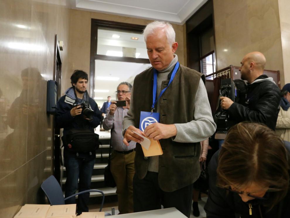 Eloy Suárez ha votado en la sede de la CHE.