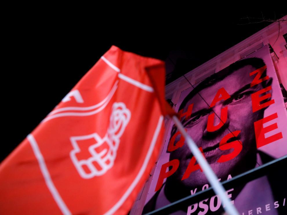 """Gritos de """"Ista, ista, ista... España socialista"""" en una calle Ferraz ya cortada, y con un escenario montado a pie de calle por el PSOE."""