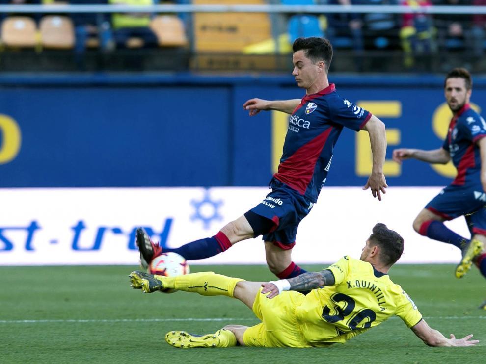 Juanpi Añor, de la SD Huesca, es obstaculizado por el defensa del Villarreal Quintillà.