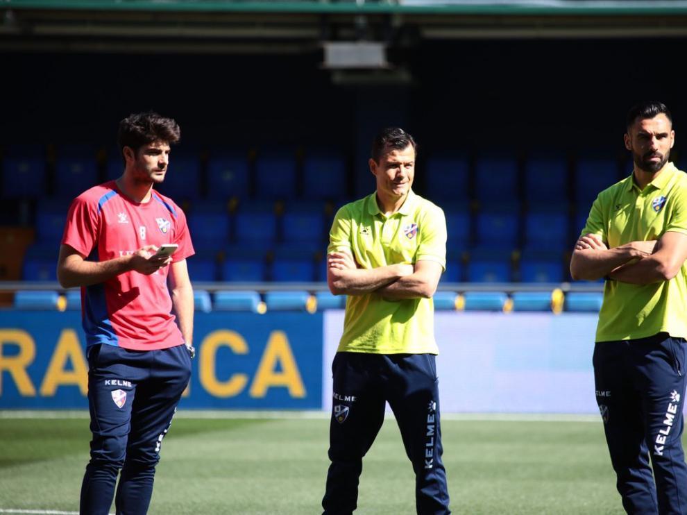 Melero, Camacho y Enric Gallego, sobre el césped de Estadio de la Cerámica.