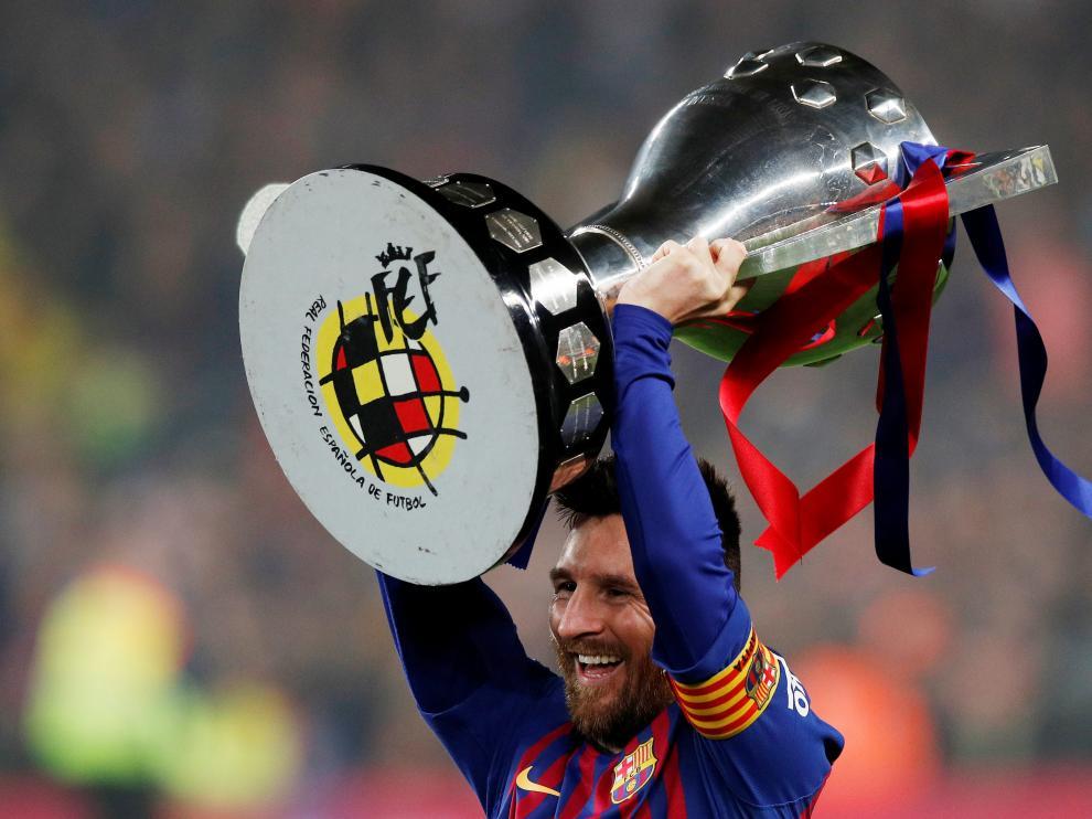 Messi levanta el trofeo de la Liga de fútbol