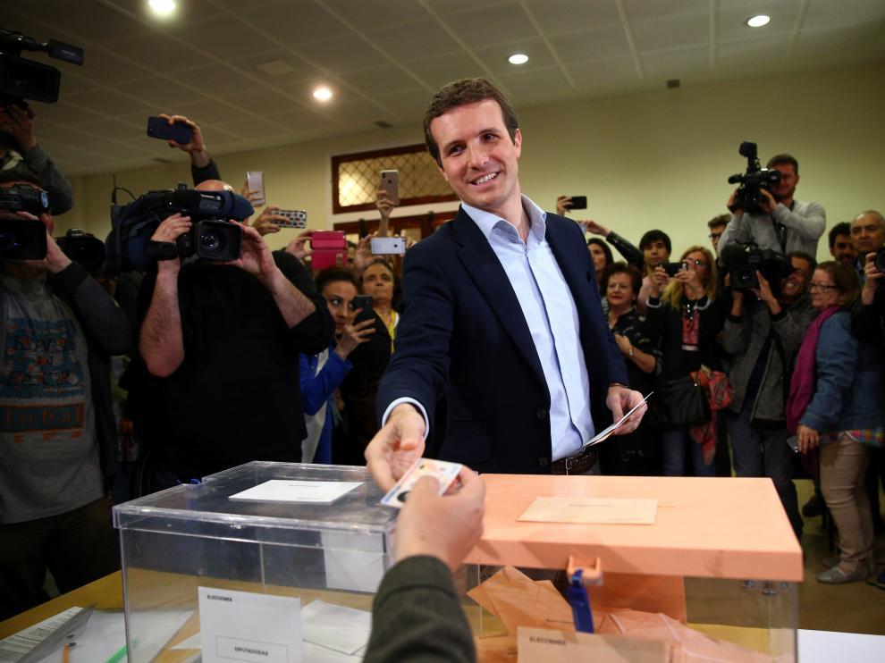 El líder del PP, Pablo Casado, ha acudido a votar a las 12.00.