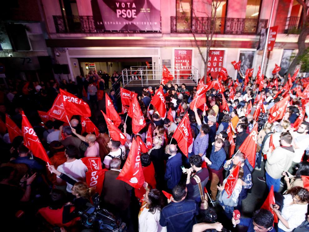 Un millar de personas esperan a Sánchez a las puertas de Ferraz