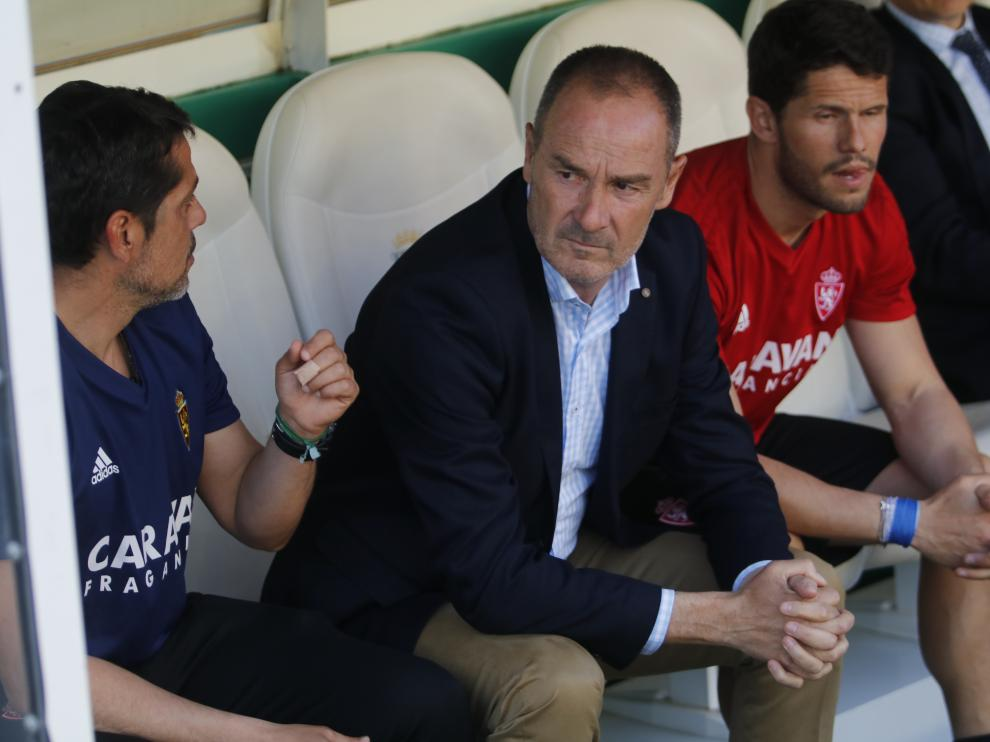 Víctor Ferna durante el partido de ayer en el banquillo visitante del Arcángel.