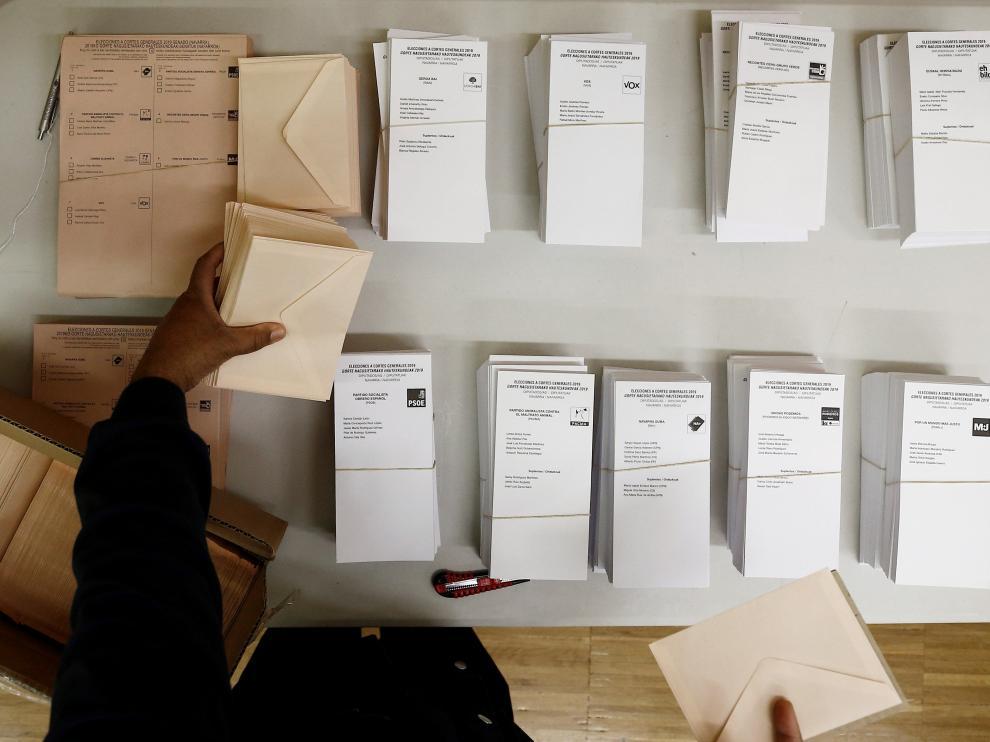 Votaciones en un colegio electoral de Pamplona.