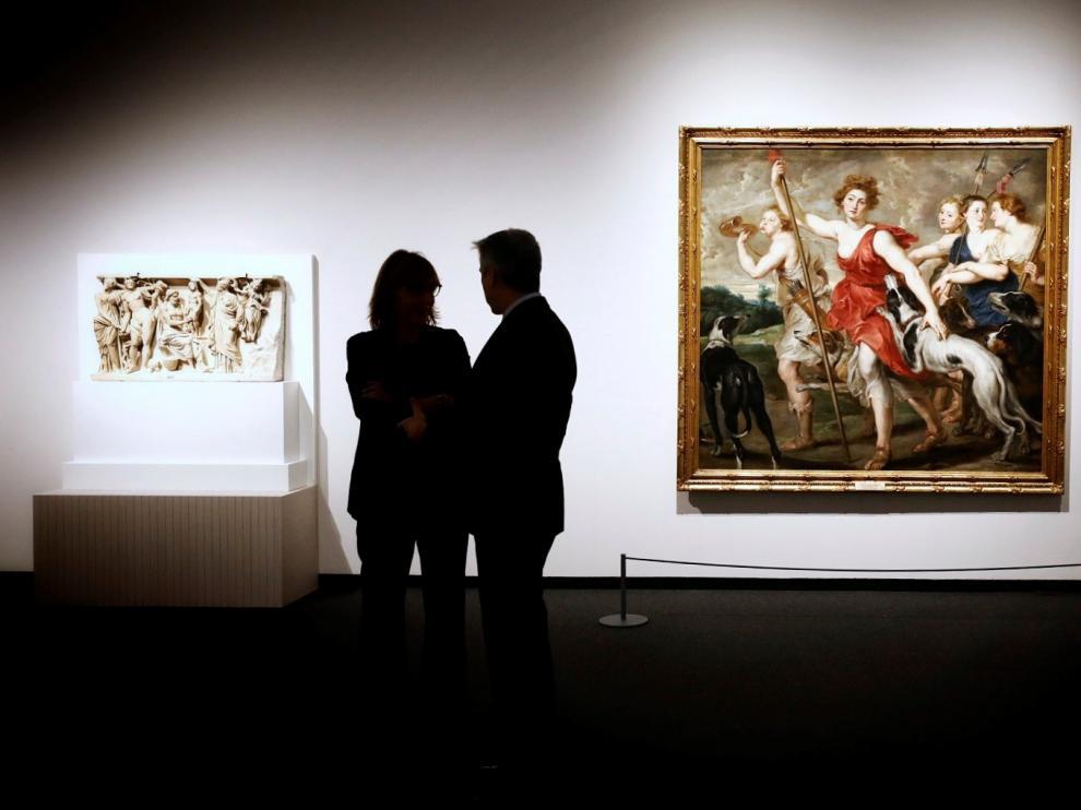 Dos de las piezas de la exposición: fragmento de un sepulcro romano que representa a Prometeo y Atenea creando al primer hombre y una 'Diana cazadora' del taller de Rubens