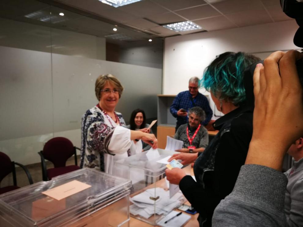 Blanca Villarroya, cabeza de lista de UP, vota en las elecciones generales.