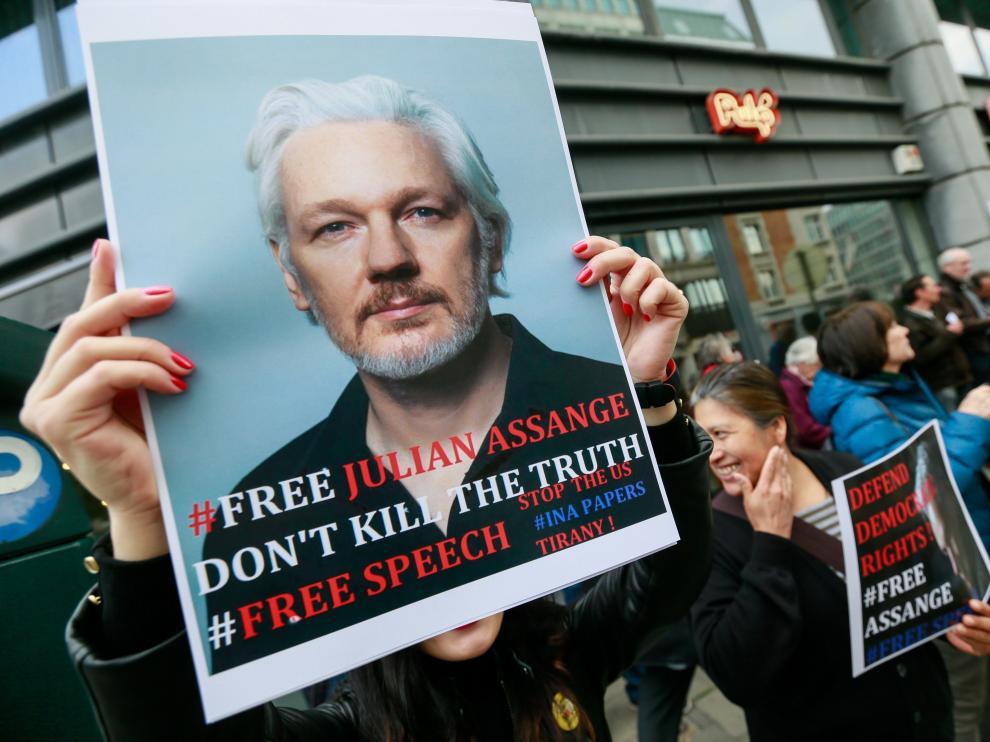 Varias personas protestan frente a la embajada británica en Bruselas para pedir la liberación de Assange.
