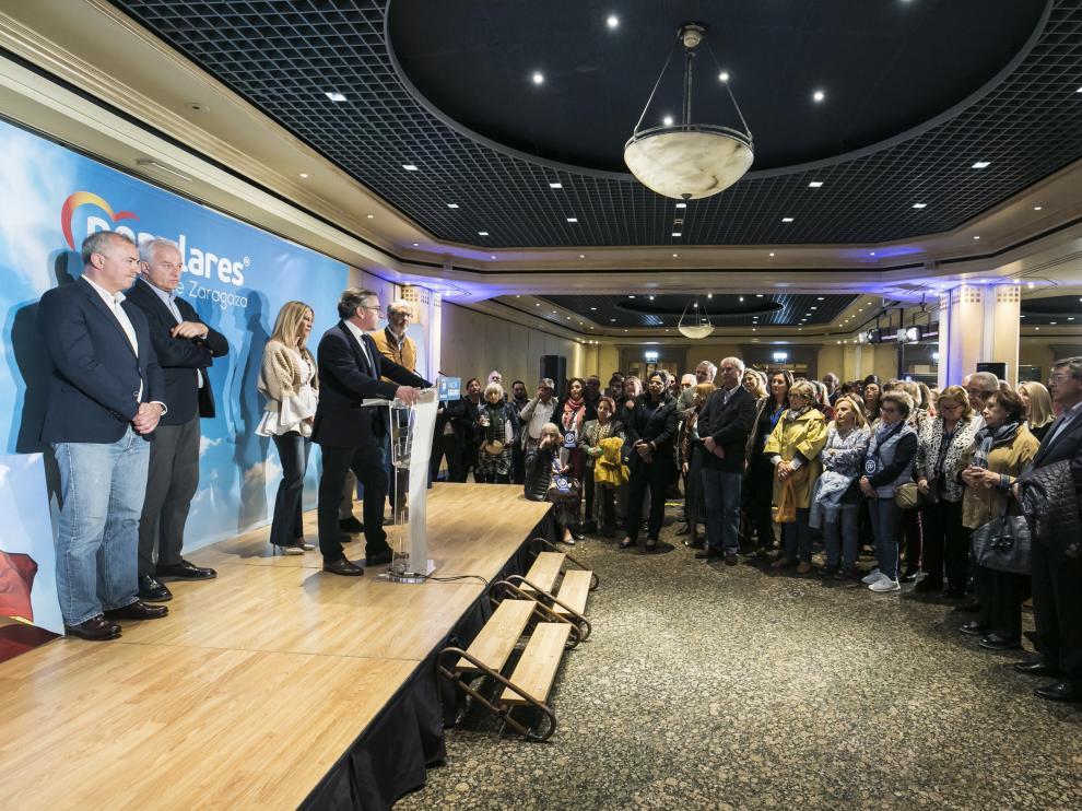 El presidente del PP aragonés, Luis María Beamonte, habló pasada la medianoche ante un aforo en el que había caras apesadumbradas.