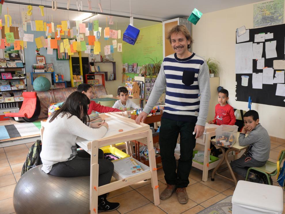 En la escuela de Pitarque, Alberto Toro imparte clase a cinco alumnos de diferentes niveles: infantil, primaria y ESO