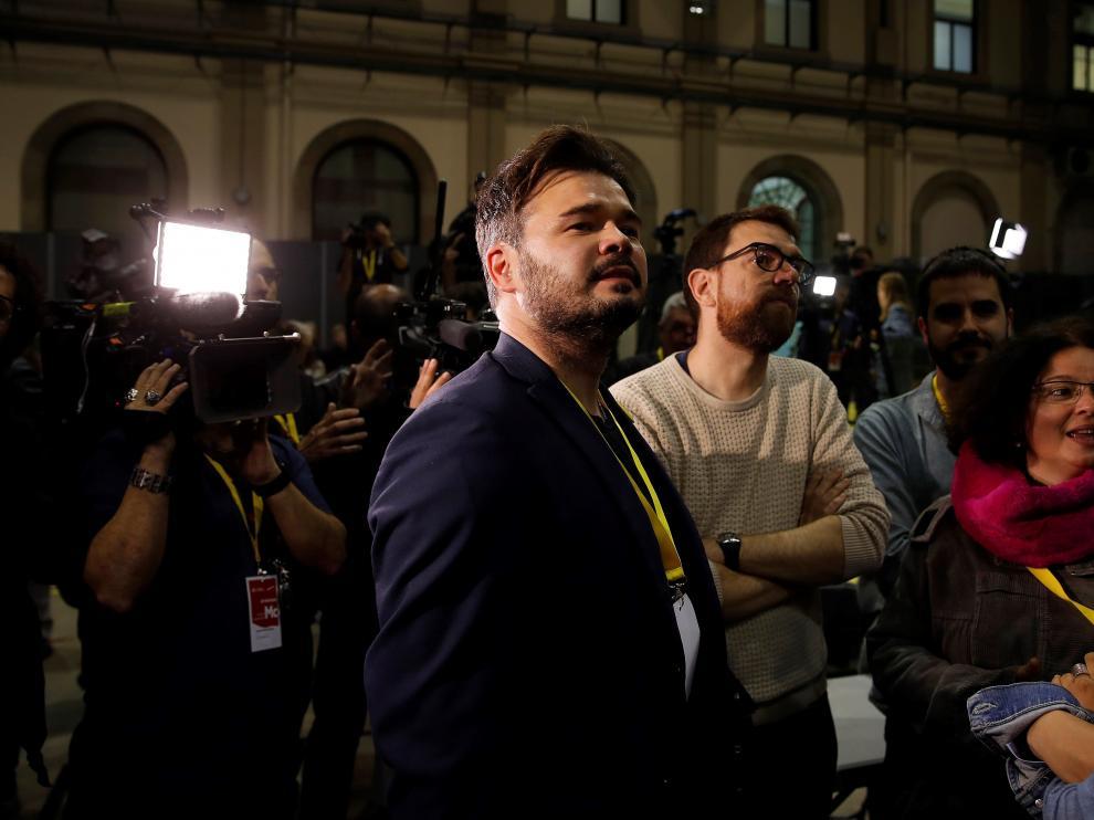 Gabriel Rufián, candidato de ERC al Congreso, atento a los resultados electorales.