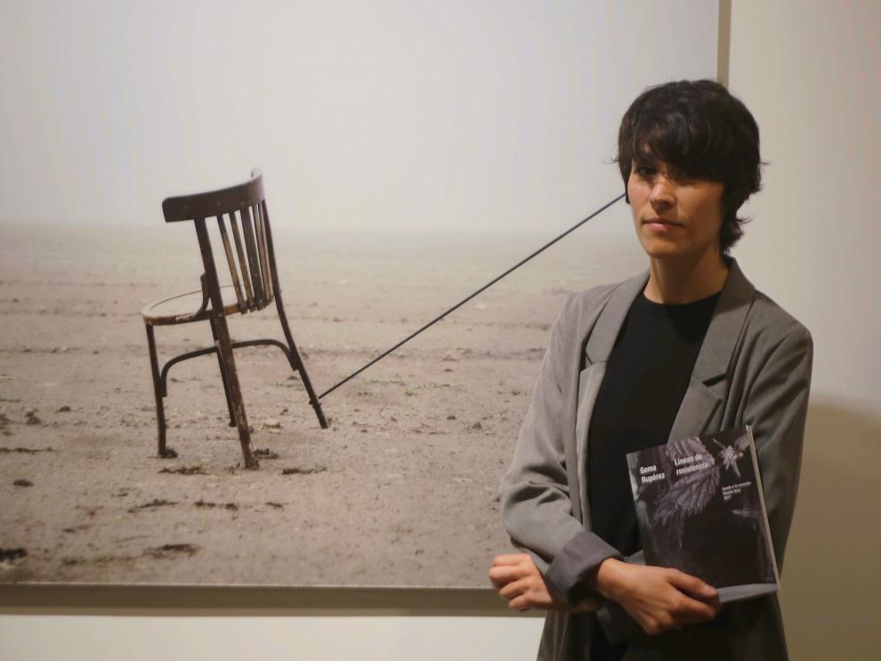 Gema Rupérez posa en la DPH junto a una de las imágenes de 'Líneas de resistencia'.