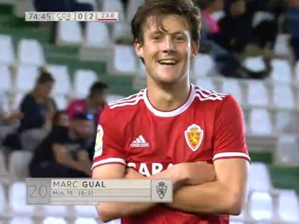 Marc Gual, en captura de la transmisión televisiva de la Liga 1,2,3, celebra ante la cámara de banda el segundo gol de los tres que marcó en Córdoba.
