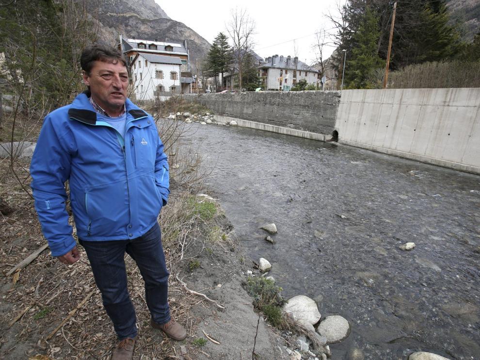 Imagen de archivo de Ignacio Abadías, alcalde de Benasque, junto al desagüe que vierte al Ésera.