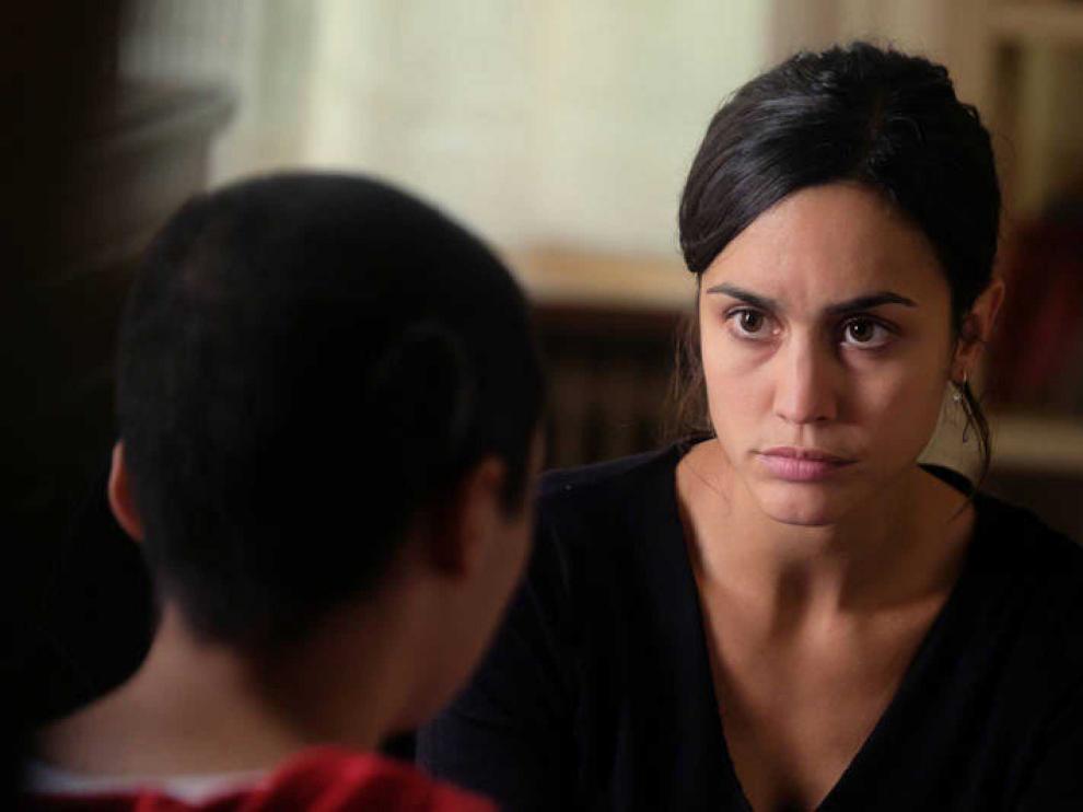 La sargento Sara Campos centra su mirada en la pequeña Ana.