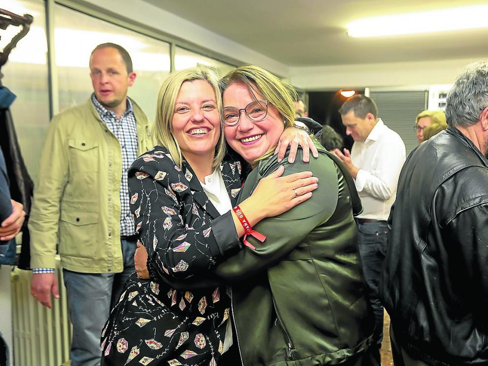 La socialista Begoña Nasarre (izqda.) celebra su acta de diputada con Rosa Serrano, futura senadora.
