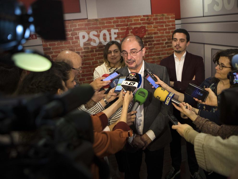 Javier Lambán declara ante los medios antes de presidir la Ejecutiva regional.