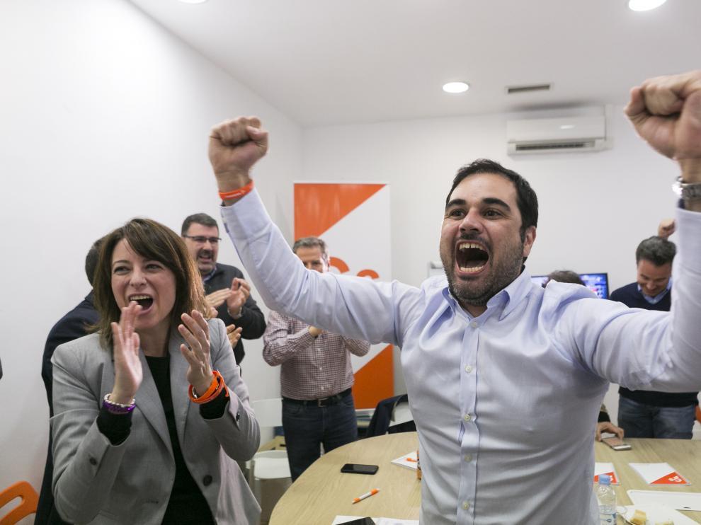 Rodrigo Gómez celebra el triunfo de su partido en las elecciones generales.