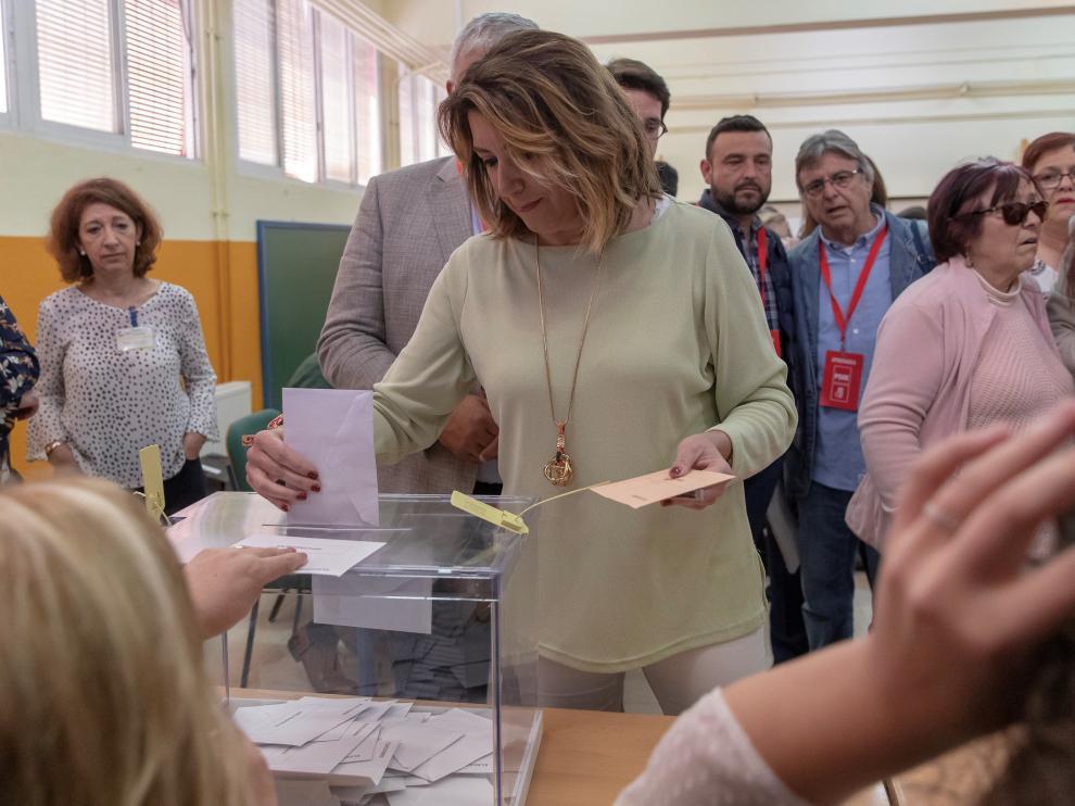 Susana Díaz vota en un colegio electoral del barrio sevillano de Triana.