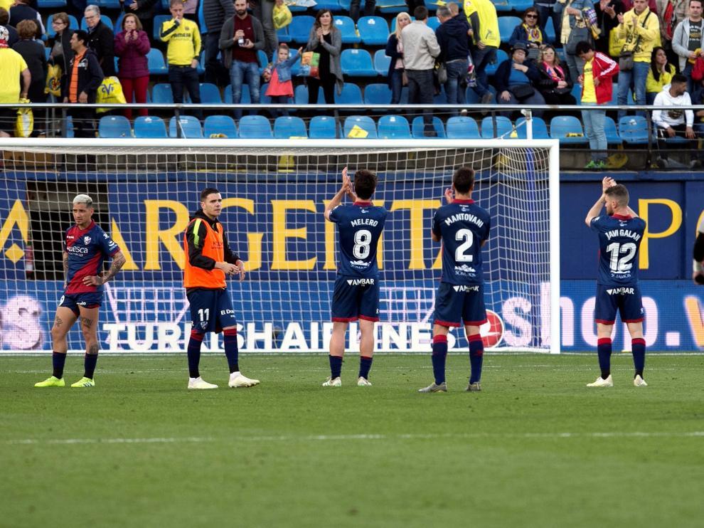 Varios jugadores de la SD Huesca se despiden de los aficionados en Villarreal.