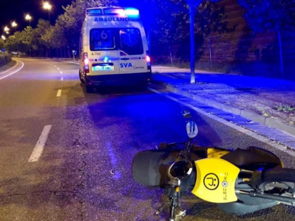 El motorista ebrio perdió el control de la moto y cayó al suelo.