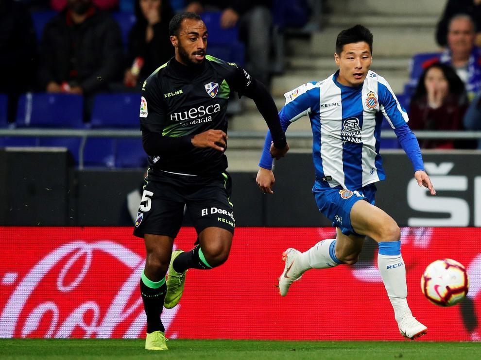 Akapo persigue a Wu Lei, del Espanyol, en el último partido que ha disputado este curso.