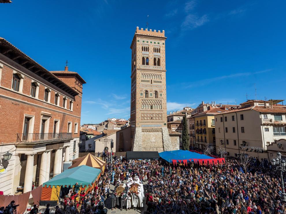 La plaza del Seminario se abarrota cada mes de febrero a la llegada de los cuerpos sin vida de Isabel de Segura y Diego de Marcilla tras el recorrido por la ciudad.