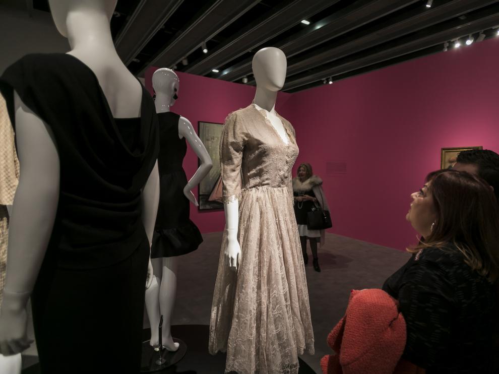 Una muestra muy versátil de cultura: la muestra de Balenciaga en el Pablo Serrano aglutina fotografía, moda, pintura y diseño.
