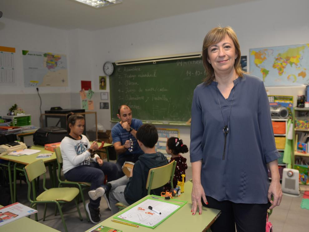 Mariví Elena, maestra de la escuela de Alba del Campo (Teruel), con sus tres alumnos, durante la clase de música