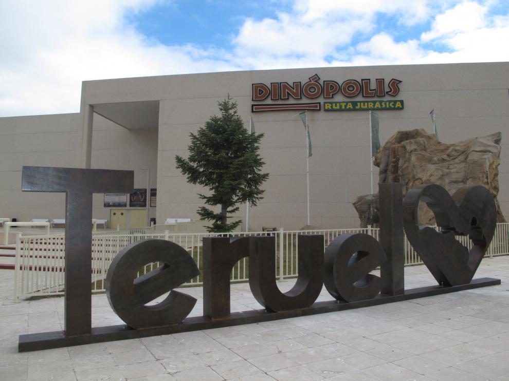 Las nuevas letras corpóreas de Teruel en la sede principal de Dinópolis.