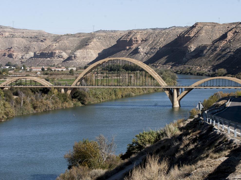 El emblemático puente sobre el Ebro a las afueras del municipio de Sástago, en comarca Ribera Baja del Ebro.
