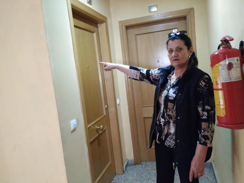 Una de las vecinas del edificio, señala el piso de la calle de José Zamoray de Zaragoza donde recibió la presunta paliza la niña.