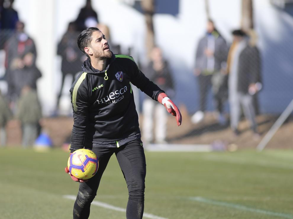 El portero Roberto Santamaría, durante un entrenamiento con la SD Huesca.