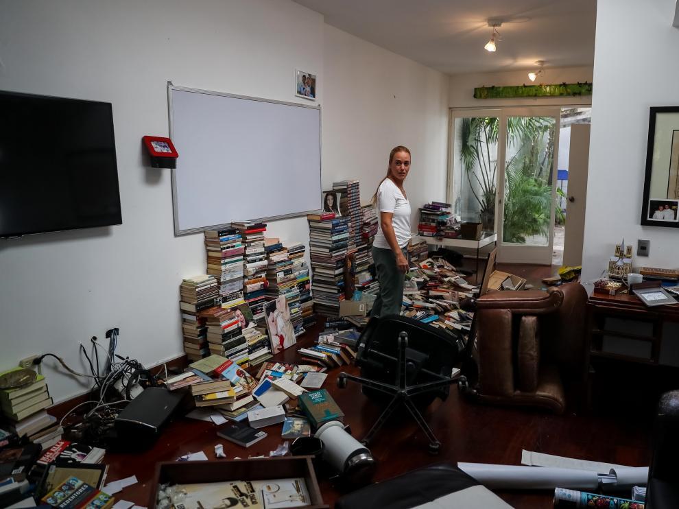 Lilian Tintori, la esposa de Leopoldo López, recorre su casa tras el robo.