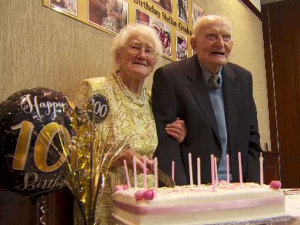 Tuit emitido por una reportera de la BBC, en el que figura la pareja de centenarios.