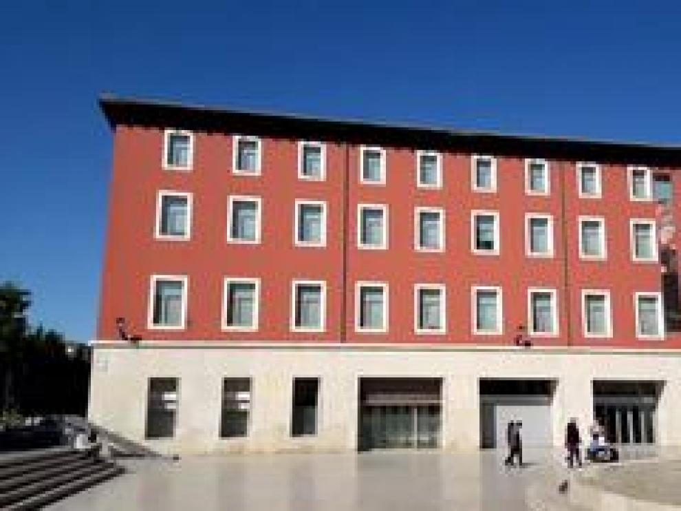 A la orilla del Ebro a su paso por Zaragoza se levanta el antiguo Seminario de San Valero y San Braulio, un edificio construido sobre los restos de la que fuera la Diputación del Reino