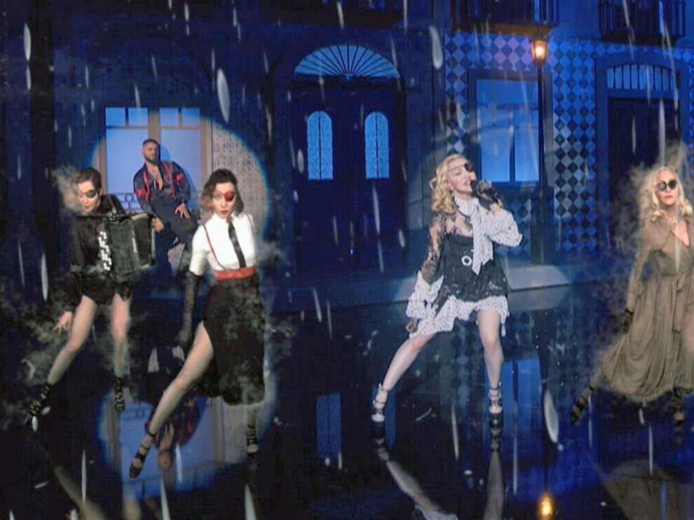 Madonna, con sus avatares, en un momento de la actuación