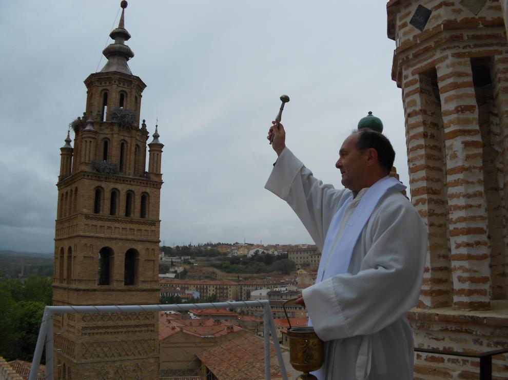 El párroco Javier Calvillo durante la bendición desde el cimborrio de la catedral.