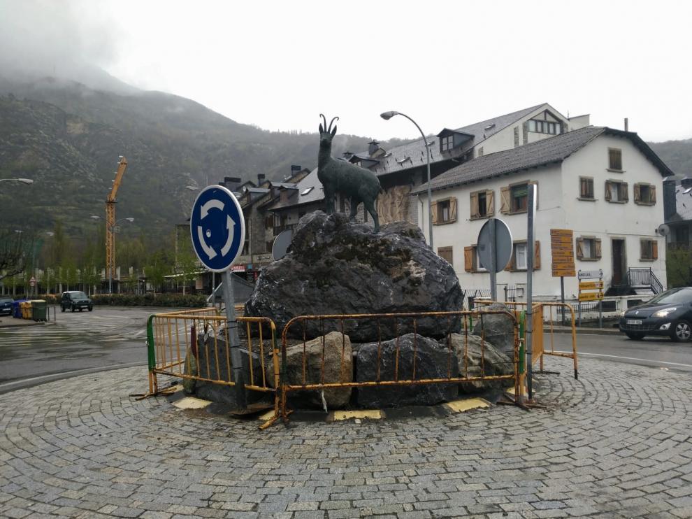 El monumento se encuentra en la rotonda de acceso a la carretera de Anciles y a la céntrica Avenida de los Tilos.