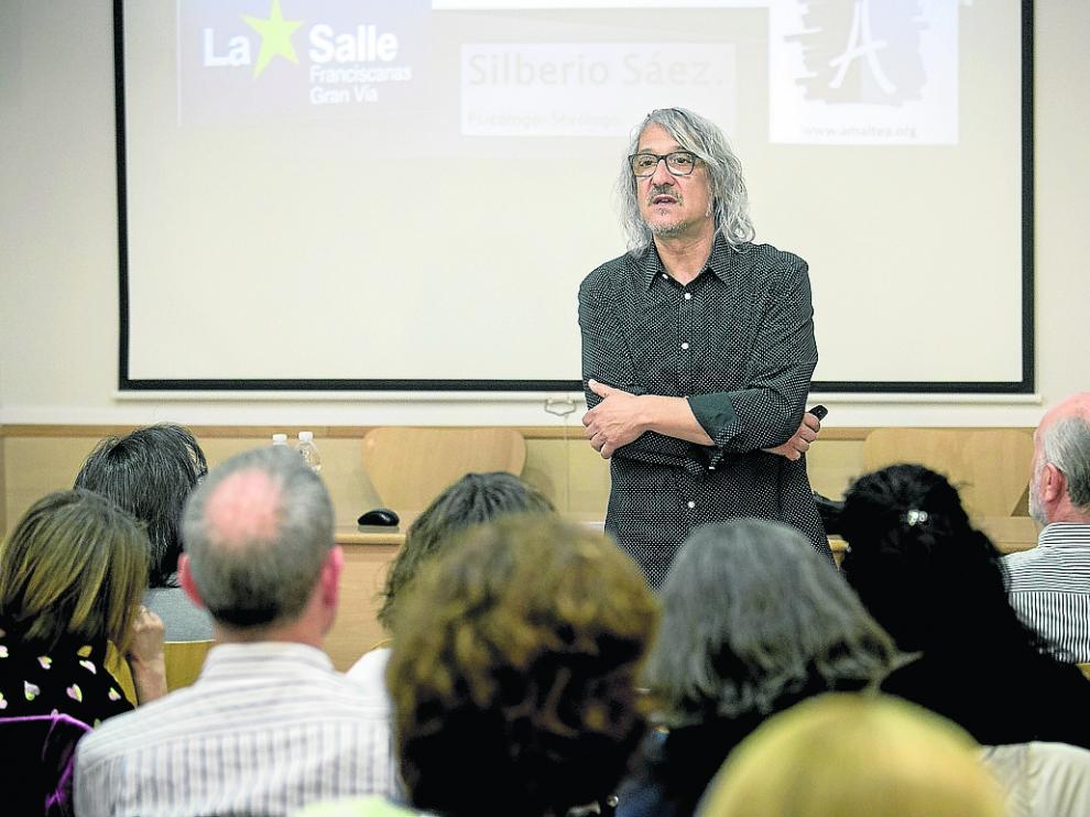 Silberio Sáez, en una reciente charla con padres del colegio La Salle Gran Vía de Zaragoza.