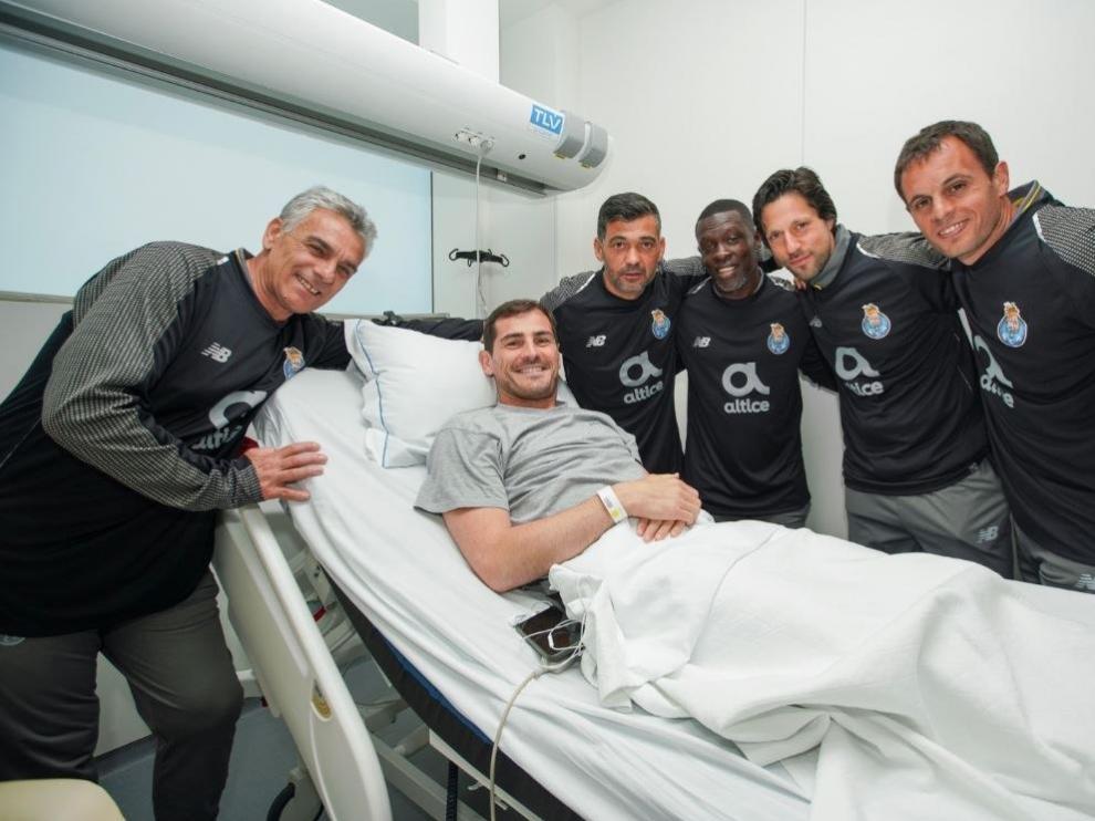 La plantilla del Oporto visita a Iker Casillas en el hospital.