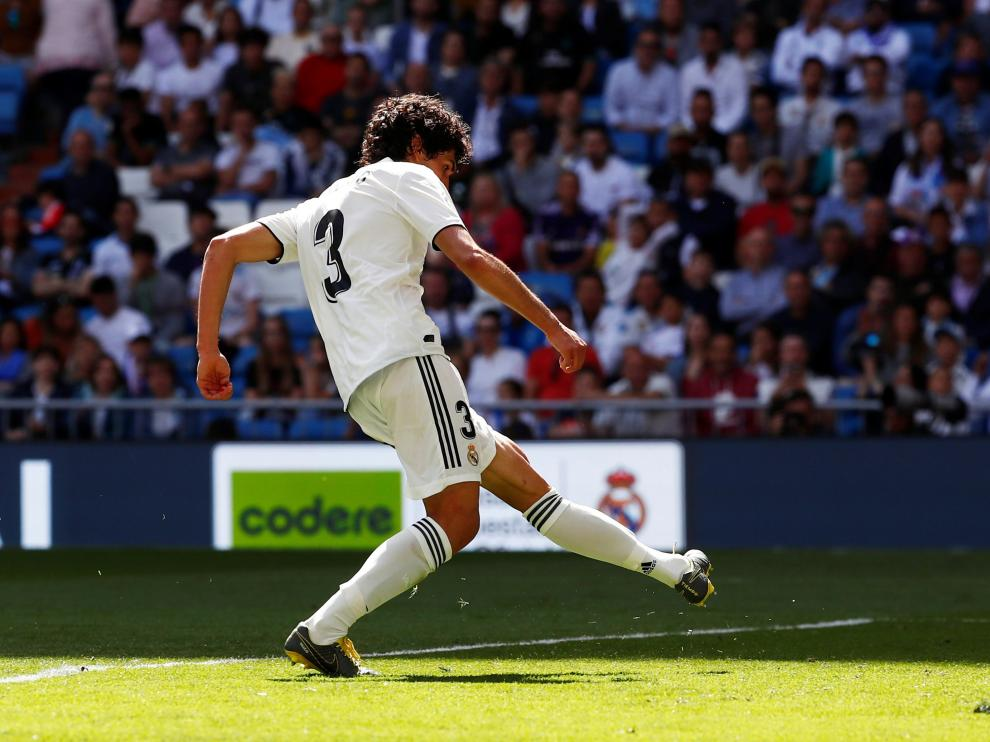 Soccer Football - La Liga Santander - Real Madrid v Villarreal - Santiago Bernabeu, Madrid, Spain - May 5, 2019 Real Madrid's Jesus Vallejo scores their second goal REUTERS/Juan Medina [[[REUTERS VOCENTO]]] SOCCER-SPAIN-MAD-VIL/
