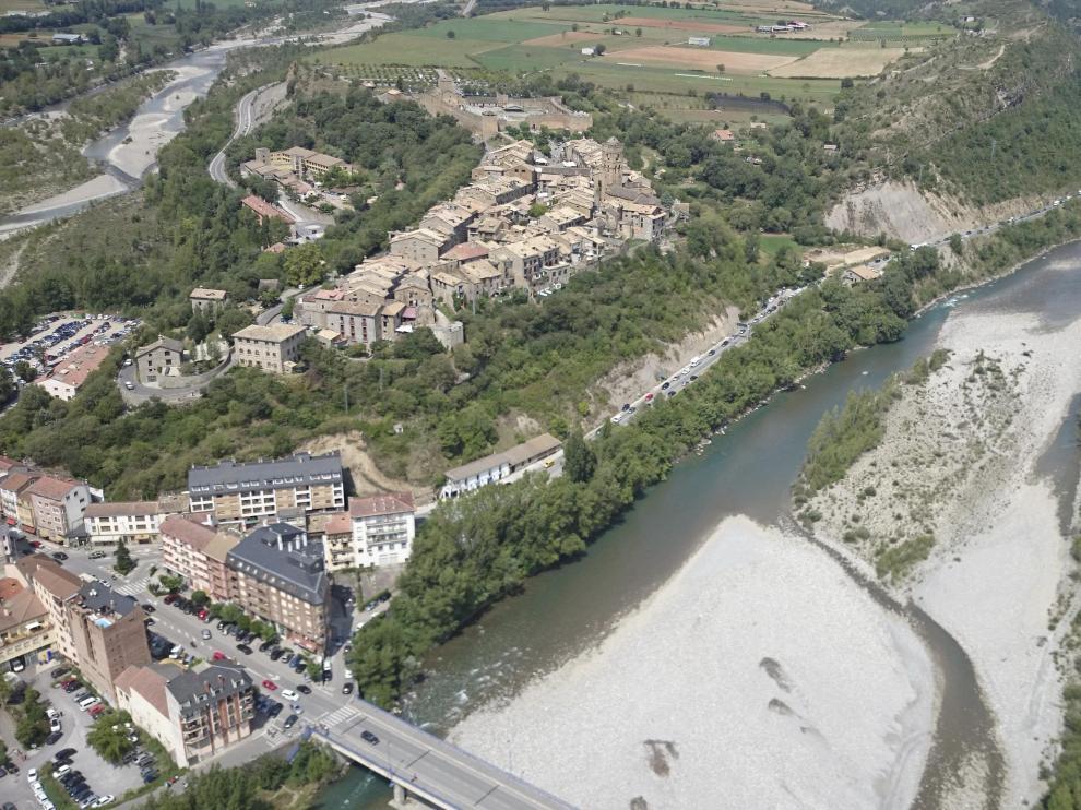 Vista aérea del río Cinca a su paso por Aínsa.