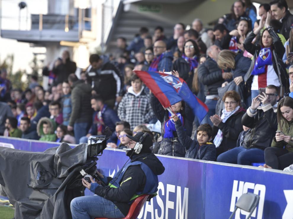 Aficionados de la SD Huesca, durante el partido con el Valencia en El Alcoraz.