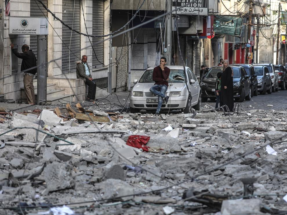 Gaza (---), 05/05/2019.- A Palestinian inspects a rubble of a destroyed building damaged after an Israeli air strike in Gaza City, 05 May 2019. Media reports state that more than 250 rockets have been fired into Israel by millitants and Israel have replied with air strikes and tank fire on the Palestinian territory. (Incendio) EFE/EPA/MOHAMMED SABER Israeli air strikes and tank fire hit Palestinian territory