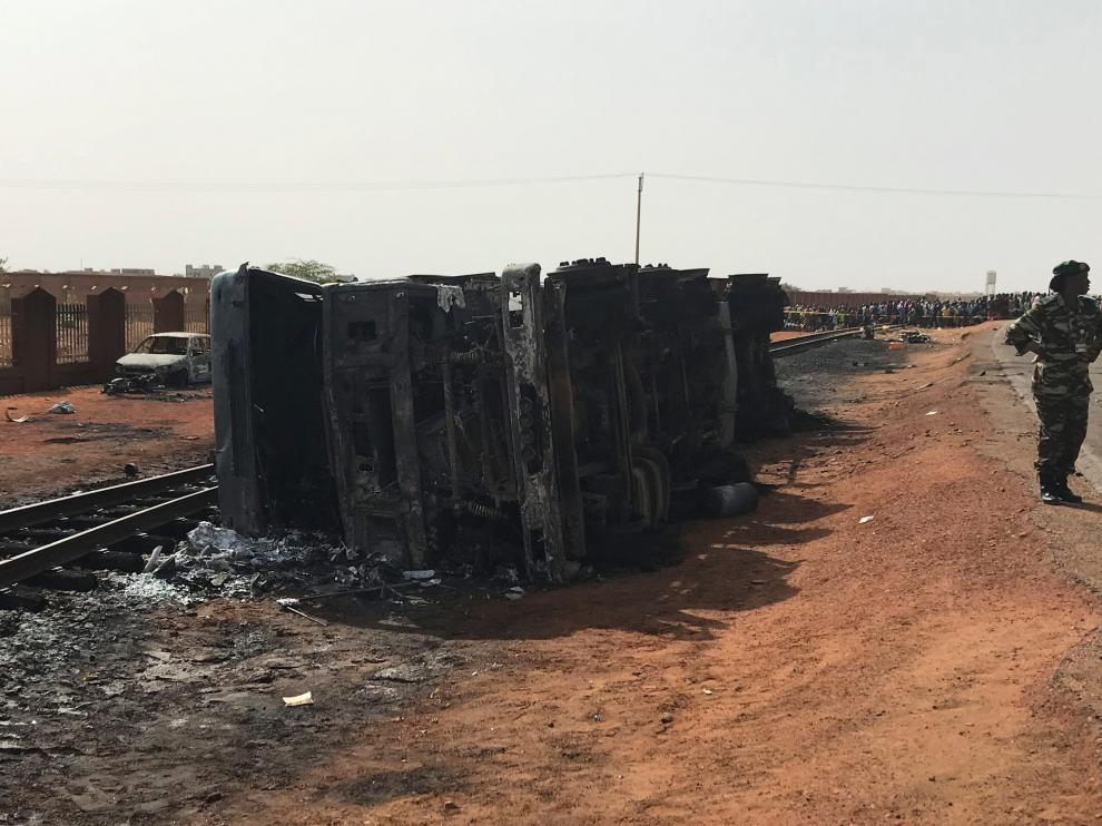 Members of the Gendarmerie inspect the site of the explosion of a fuel tanker on the highway linking Niger's Diori Hamani international airport to the capital Niamey, Niger May 6, 2019. REUTERS/Moussa Aksar  NO RESALES. NO ARCHIVES. [[[REUTERS VOCENTO]]] NIGER-BLAST/