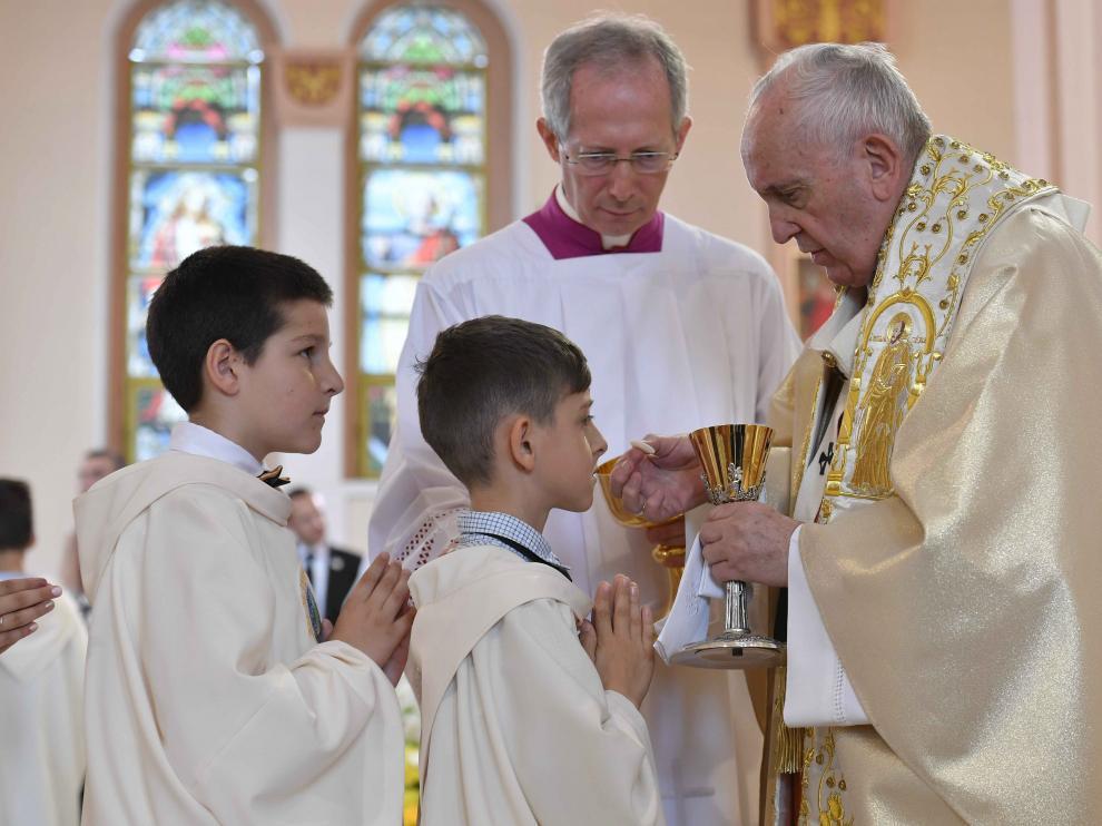 Los niños han recibido la comunión de la mano del papa Francisco.