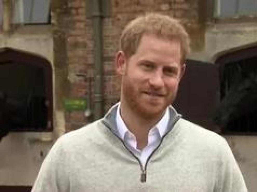 Con cara de felicidad el príncipe Harry ha anunciado la noticia ante los medios. La duquesa ha dado a luz en su casa de Windsor a un niño de casi 3,300 kilos y él ha estado presente durante todo el parto. El bisnieto de la reina Isabel ha nacido de madrugada, pero sus padres lo han hecho público a medio día vía Instagram, saltándose de nuevo la tradición de la realeza.