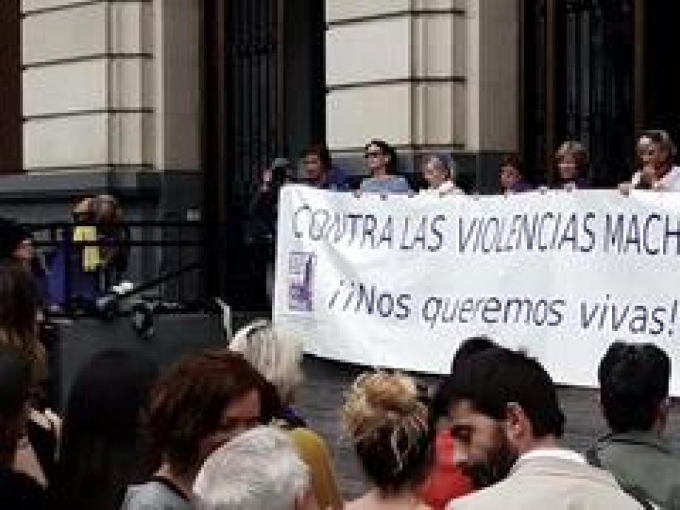 La plaza de España de la capital aragonesa ha sido el escenario de la concentración contra la violencia machista que se ha celebrado este martes.
